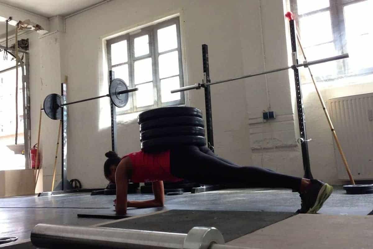 Core-Training mit 60 kg Zusatzgewicht