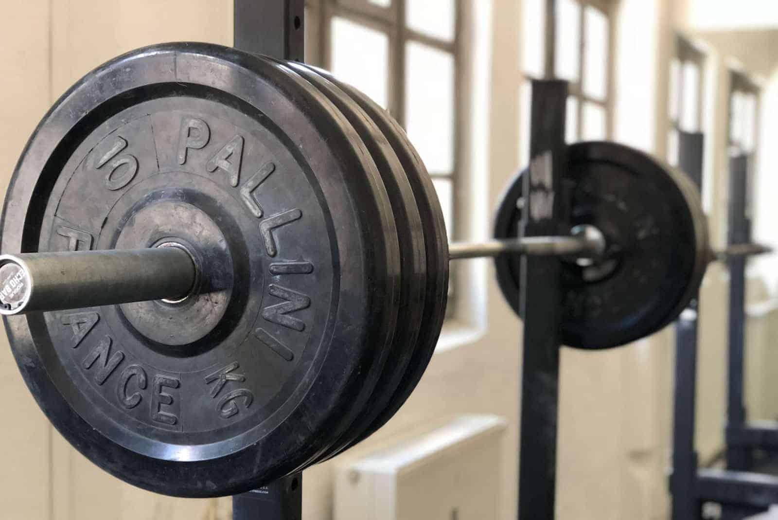 Fitnessstudio mit Squat-Rack und Langhantel
