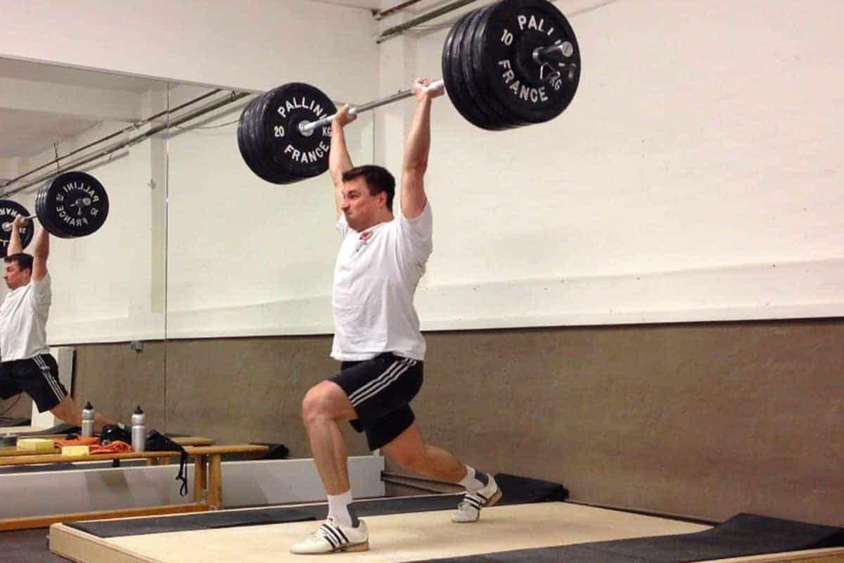 Split Jerk mit 130 kg beim Gewichtheben in der Scoop