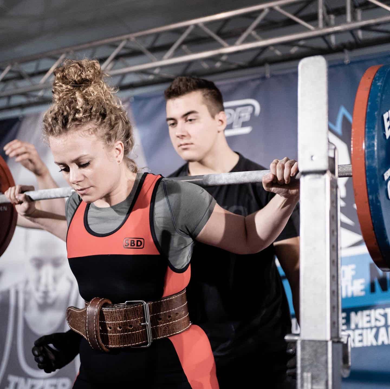 Kniebeuge beim Powerlifting-Wettbewerb