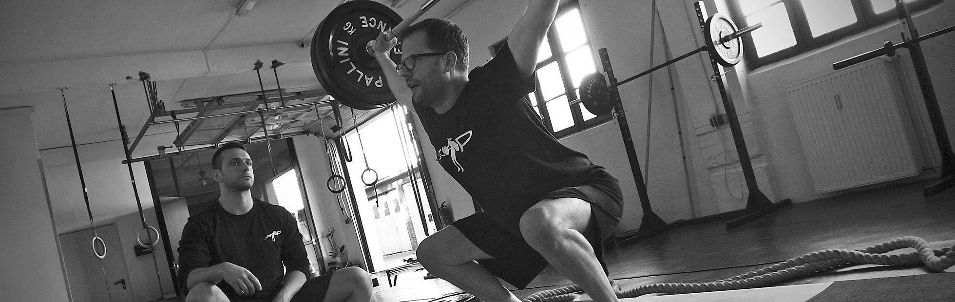 Personal Trainer führt ein Personal Training in der Scoop in Hamburg durch
