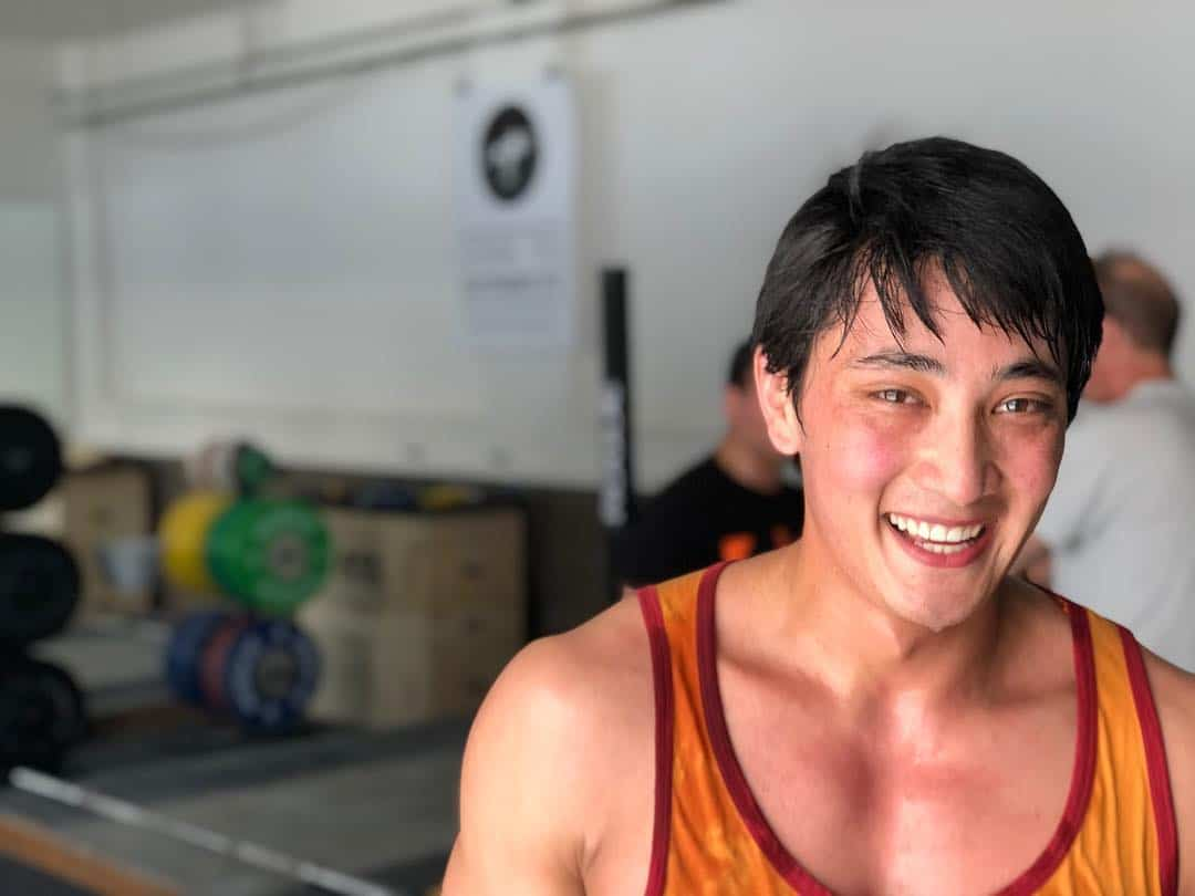 Zufriedener Sportler nach seinem Training im Fitnessstudio