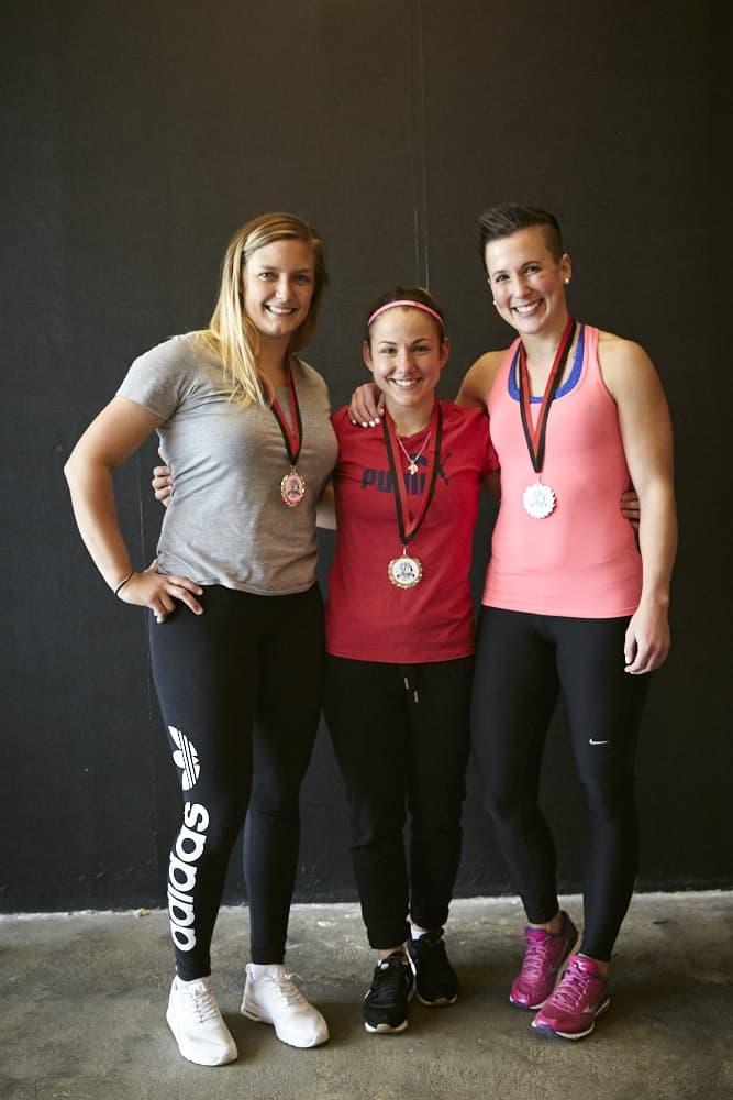 Gewichtheberinnen mit ihren Medaillen